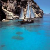 Golfo di Orosei, in barca a vela nelle insenature blu