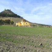 Sullo sfondo il castello di Las Plassas