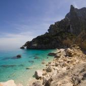 Baunei, riflessi azzurri sulle limpide acque di Cala Goloritzè